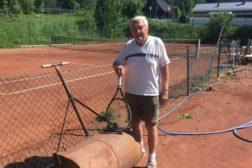 Tore har egen plakett i idrettsanlegget på Haugerud…